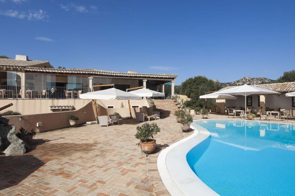 hotel-parco-degli-ulivi-arzachena-sardegnaPiscina - terrazza ristorante